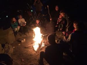 Gemütliches Beisammensein am Lagerfeuer mit Marshamllows